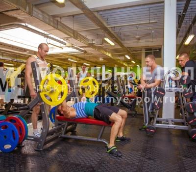Зона свободных весов в фитнес клубе